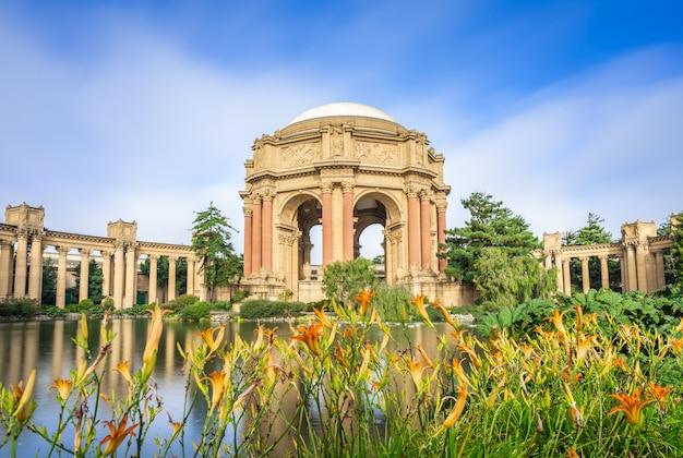 Jardim com palácio de belas artes.