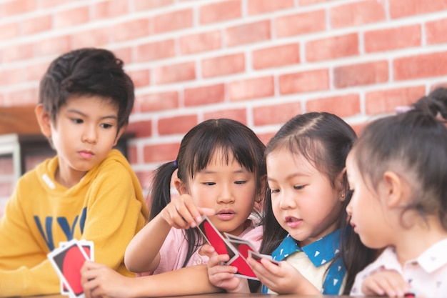 Jardim de infância crianças brincando com cartão de contagem em sala de aula