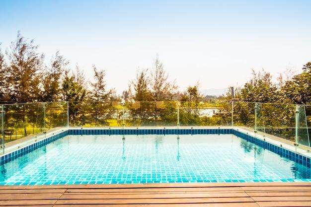 Jardim de verão de lazer ao lado da piscina verde