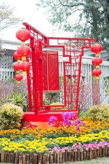 Jardim decorado com flores e lanternas