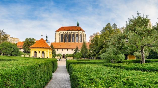 Jardim dos franciscanos e da igreja da virgem maria da neve