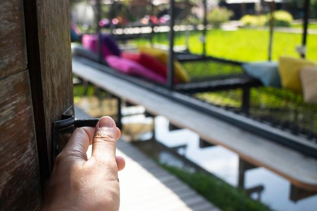 Jardim externo do resort com assentos