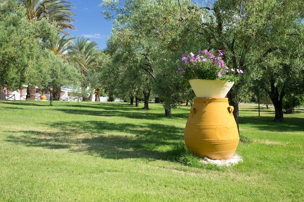 Jardim grego com grande jarra de barro