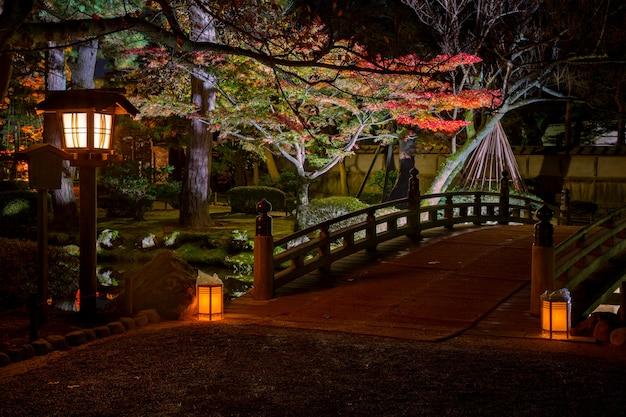 Jardim kenrokuen iluminado no japão