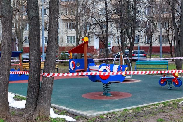 Jardim proibido de brincar com crianças em um parque público urbano devido ao coronavírus, bloqueio covid-19