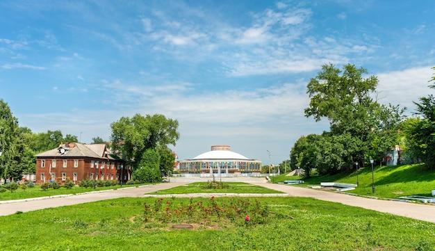 Jardim público com construção de circo em ryazan, federação russa