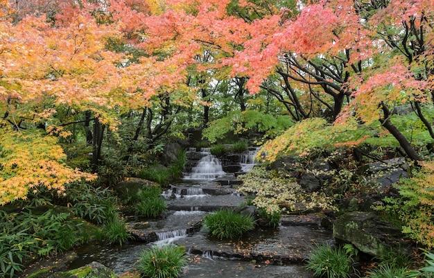 Jardim tradicional japonês com cachoeira de kokoen durante a temporada de outono em himeji, japão