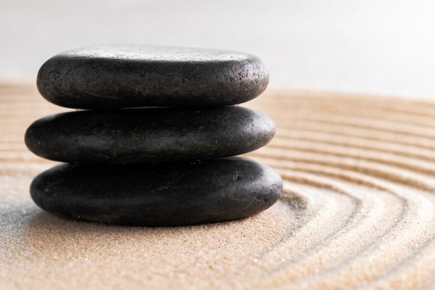 Jardim zen japonês com pedra na areia ajardinada
