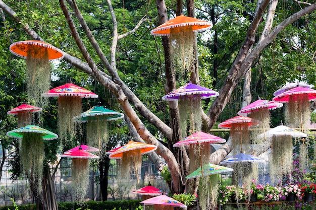 Jardinagem criativa em harmonia com a natureza no parque.
