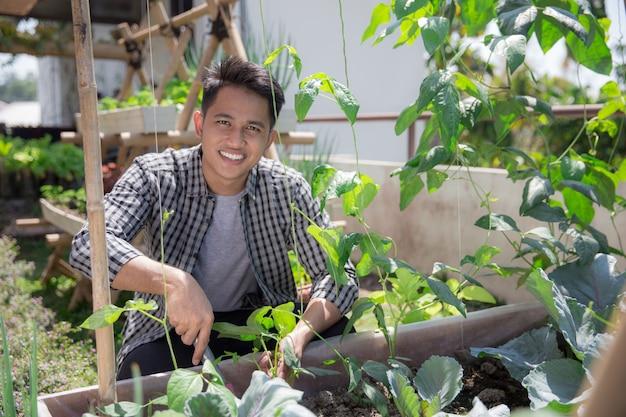 Jardinagem masculina feliz