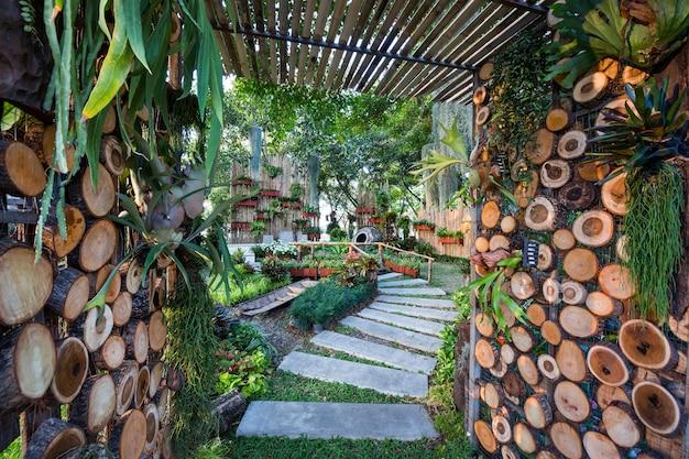 Jardinagem vertical em harmonia com a natureza no parque.