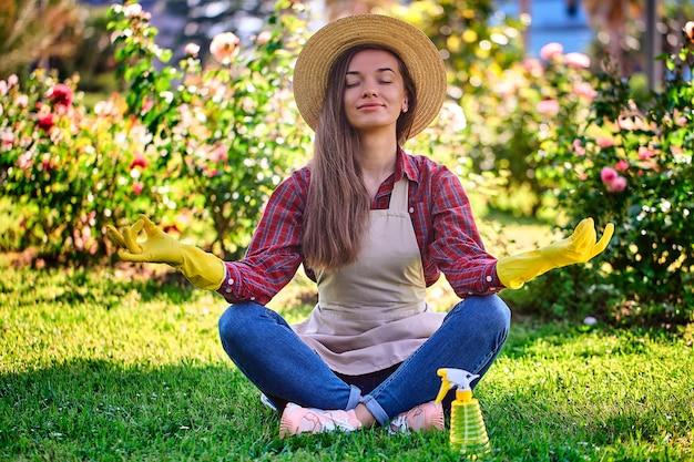 Jardineiro calmo da mulher que medita