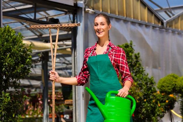 Jardineiro comercial da mulher no berçário