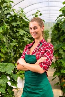 Jardineiro comercial feminino em casa verde