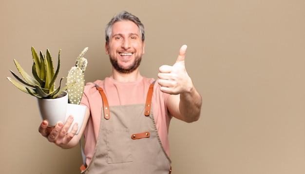 Jardineiro de meia-idade com cacto