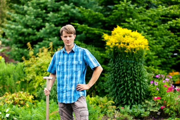 Jardineiro em pé com showel