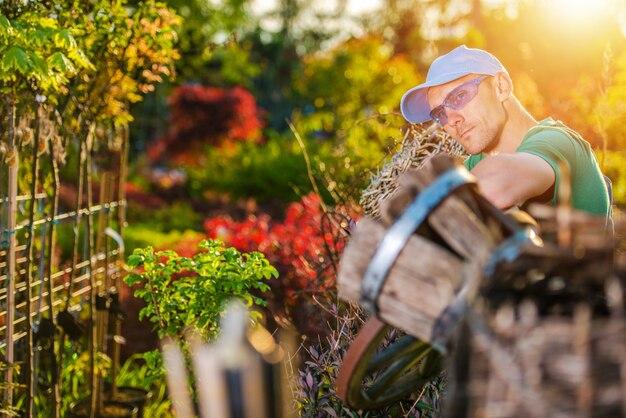 Jardineiro feliz e seu jardim