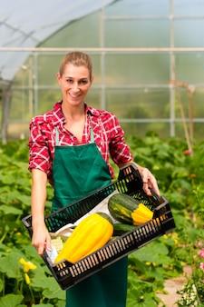Jardineiro feminino no mercado jardim ou viveiro