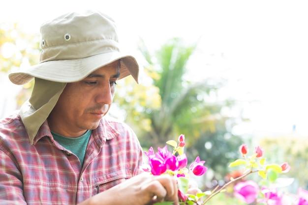 Jardineiro homem latino ao ar livre em casa