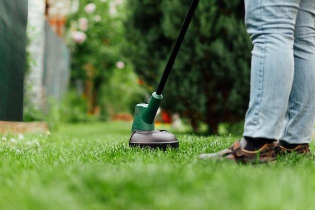 Jardineiro masculino, cortando a grama