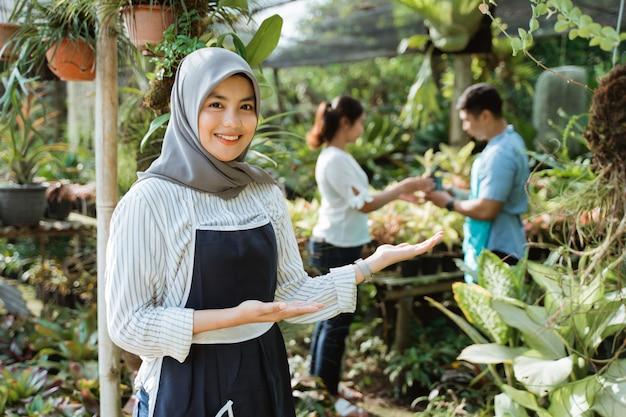 Jardineiro muçulmano apresentando ou acolhedor