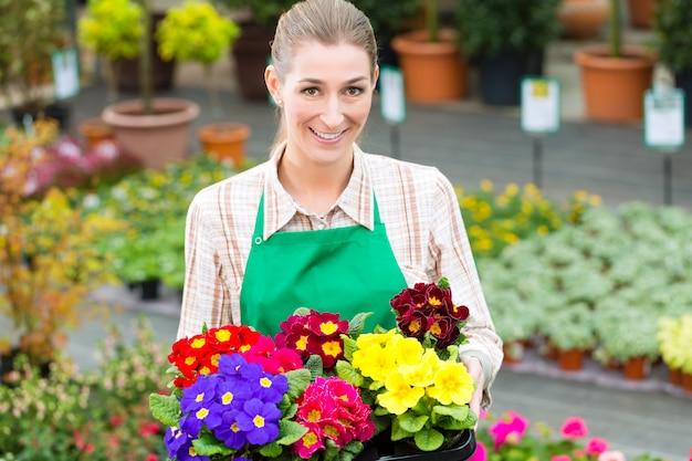 Jardineiro no jardim de mercado ou creche