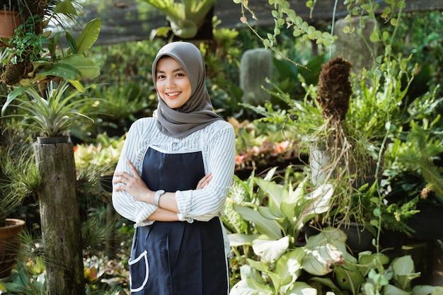 Jardineiro no trabalho, cuidar de plantas verdes