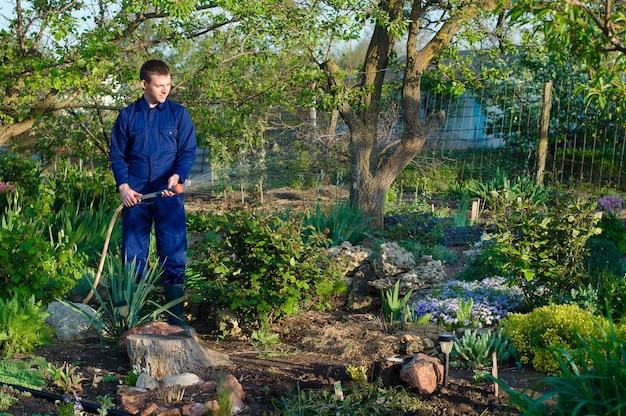 Jardineiro regando flores