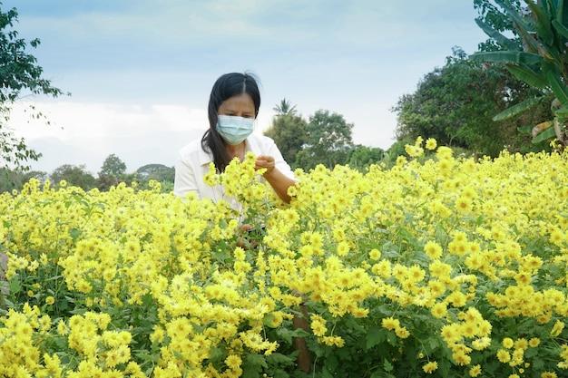 Jardineiros estão procurando pragas e doenças em jardins de flores
