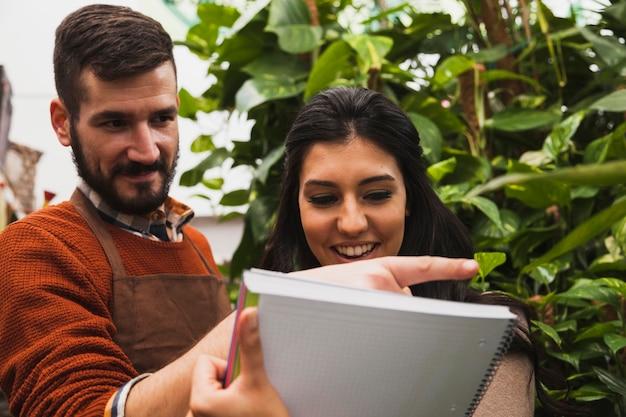 Jardineiros examinando plantas