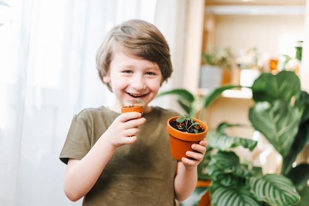 Jardineiros infantis em vasos de plantas