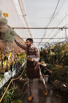 Jardineiros inspecionando flores