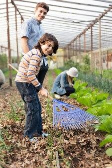Jardineiros jovens se divertindo na estufa