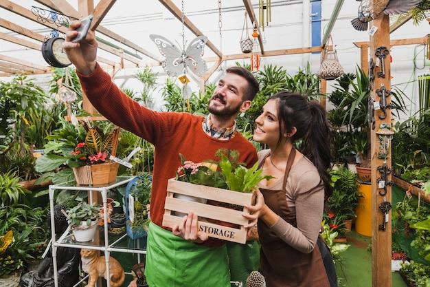 Jardineiros levando selfie em estufa
