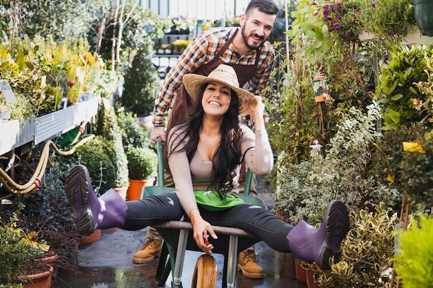 Jardineiros se divertindo com o carrinho de mão