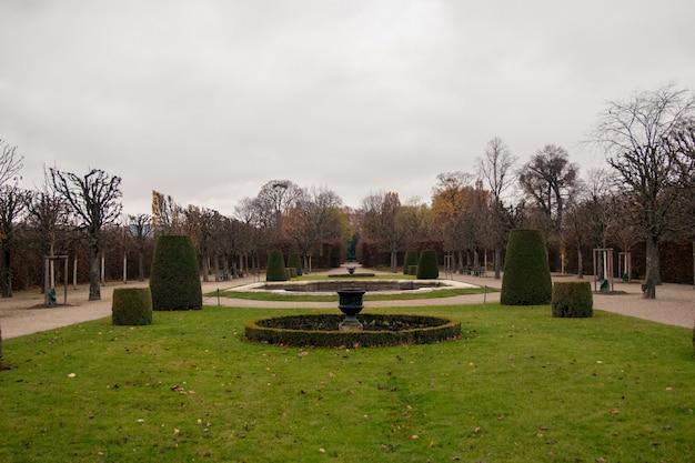 Jardins do palácio schönbrunn em um dia nublado