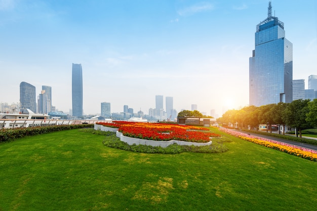 Jardins e arranha-céus no bund plaza em shanghai, china