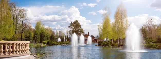 Jardins ornamentais com lago, arbustos floridos e fontes