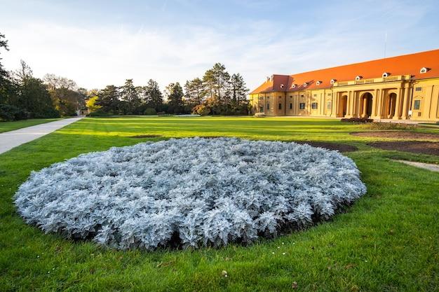 Jardins verdes no pátio do castelo do castelo lednice na morávia, república tcheca. patrimônio mundial da unesco.