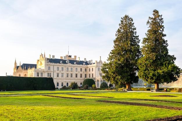 Jardins verdes no pátio do castelo do castelo lednice na morávia, república tcheca.