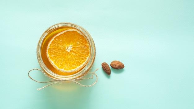 Jarra com fatia de limão e amêndoas