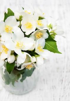 Jarra com flores de jasmim