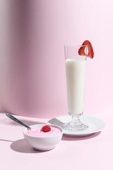 Jarra com iogurte orgânico e frutas