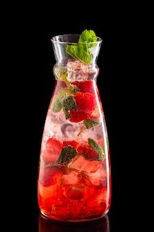 Jarra com morango e hortelã gelo limonada isolado