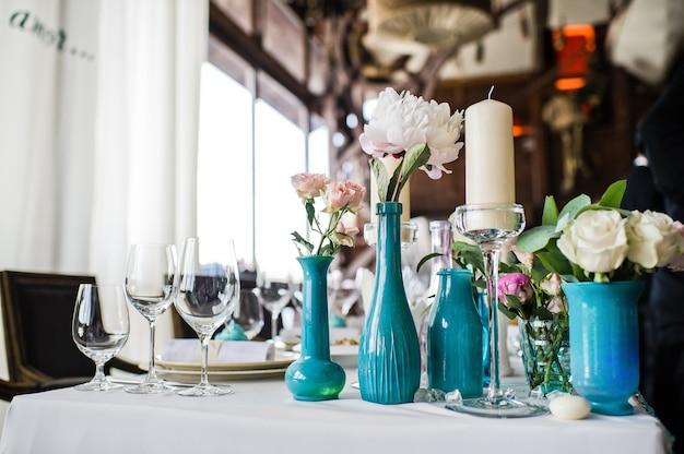 Jarra com rosas brancas em cima da mesa no restaurante