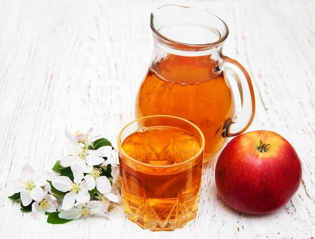 Jarra com suco de maçã
