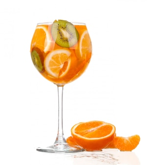 Jarra com uma bebida refrescante com fatias de limão de laranja e kiwi no fundo branco
