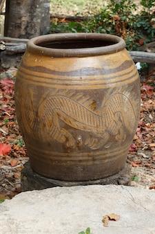 Jarra de água envidraçada com padrão de dragão