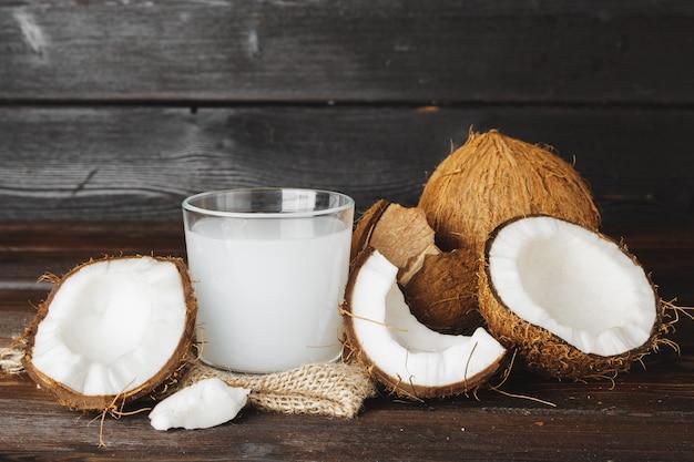 Jarra de coco e vidro com leite de coco