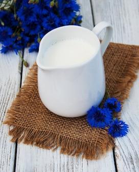 Jarra de leite e cornflowers